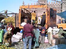 Mercato davanti alla grande moschea di Djenné (foto di Alvise Losi)